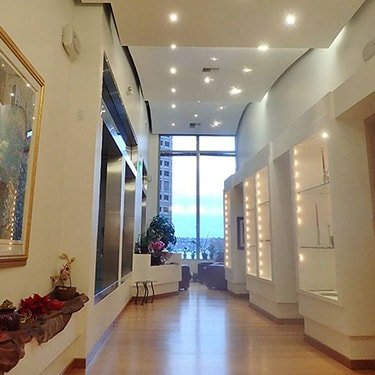 Our modern Seatlle dentist office is beautiful designed with liught hard wood follors, pristine white walls and lighted display cabinets with plenty of plants and flowers to welcome you.